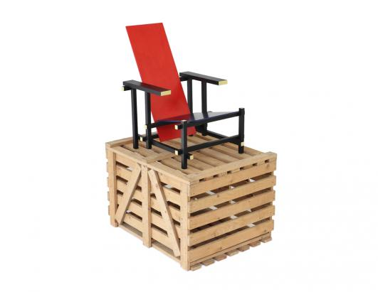 Gerrit Th. Rietveld, unused Red Blue chair executed by Gerard A. van de Groenekan on top of its original shipping crate (1965), photo: Galerie VIVID