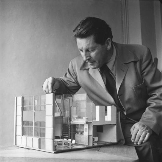 "Gerrit Rietveld with a model of the ""core house"", 1941 © VG Bild-Kunst, Bonn 2012, Photo: Collection Rietveld Schröder Archive, Utrecht"