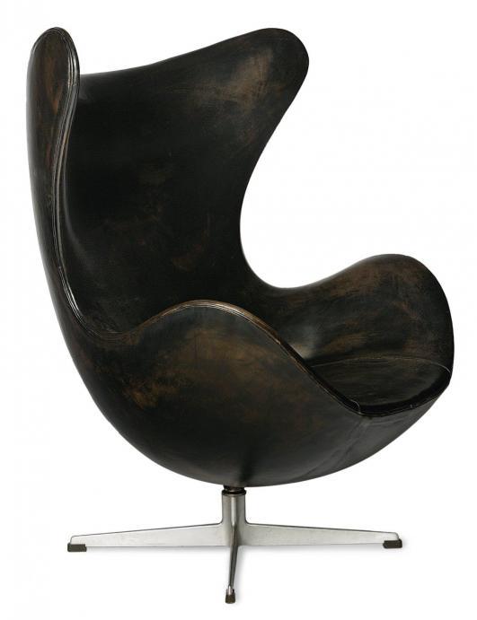 ARNE JACOBSEN (1902-1971) Fauteuil modèle «Egg» Cuir noir et métal chromé Édition Fritz Hansen Réalisé entre… 8,000 - 12,000 €